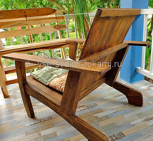 Кресло деревянное - вид сзади