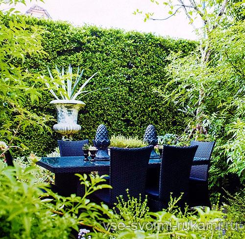 Стол и кресла на патио в саду