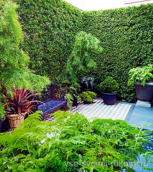 Чугунная скамейка в саду